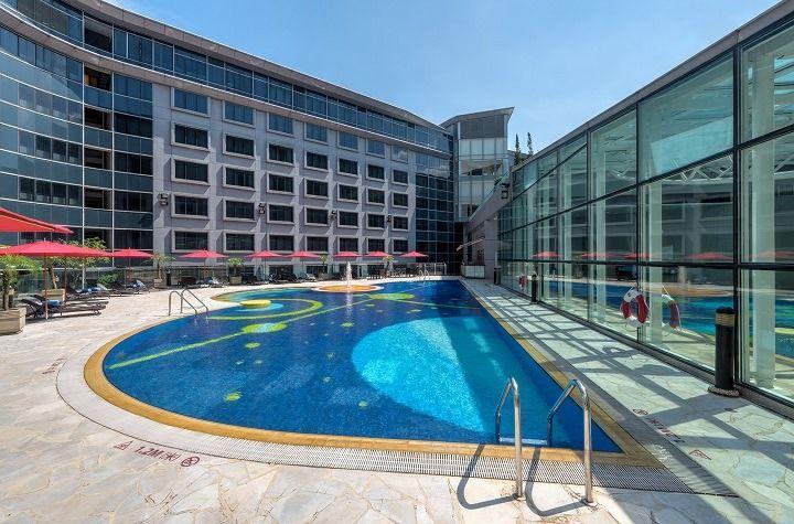 富豪機場酒店的泳池