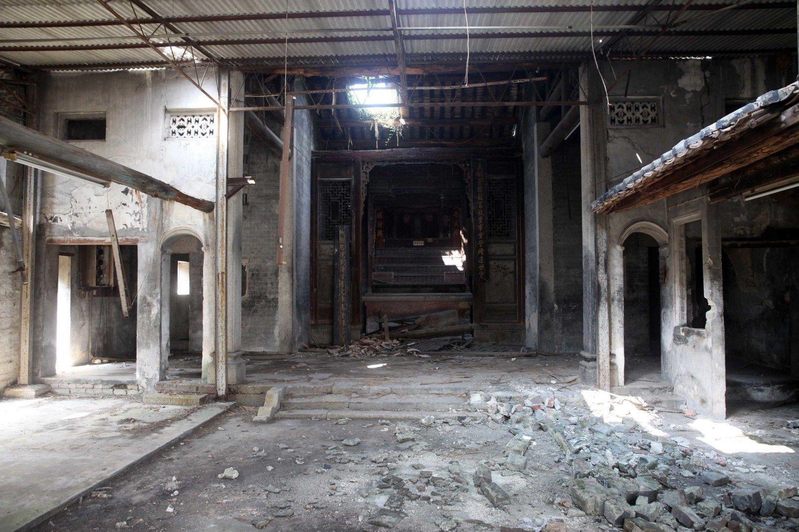 被評為一級歷史建築的屯門好去處定山宗祠內部因日久失修,已成頹垣敗瓦