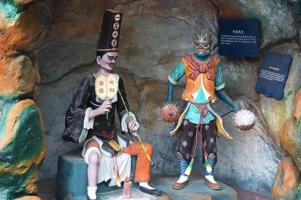 Statue of Hu Fa Shi Zhe (R) at Haw Par Villa