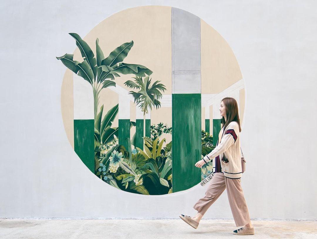 藝術家連佩文作品《光速叢林》,描繪了紗廠內部獨有的柱群交織着叢生的植物。